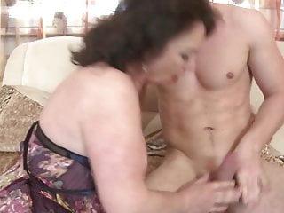 成熟的媽媽吮吸和他媽的她的兒子