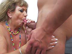 Granny obtient des rapports sexuels tabous avec un jeune garçon corné