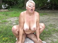 Il nudista scopa la nonna in pubblico