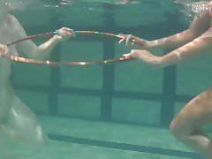 Unterwasser-Lesbenshow von schlechter Qualität
