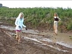 Catfight girls in the mud