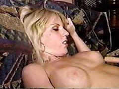 La ragazza del bikini Sheila Sanders succhia e scopa