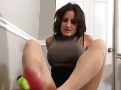Brune footjob en collants