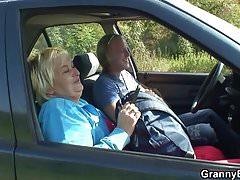 Stara babcia dostaje przykręcone drogi