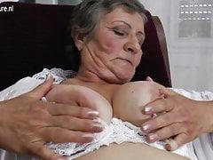 Vecchia nonna con vecchia fica pelosa affamata