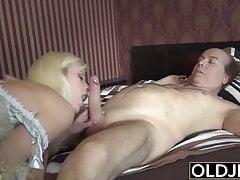 La ragazza seduce il vecchio che si fa scopare la dolce figa stretta