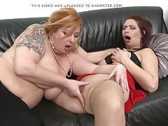 Hot Moms si leccano e si scopano a vicenda
