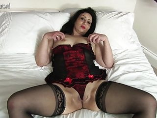 炎熱的阿拉伯英國媽媽變得赤裸和頑皮
