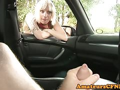 Fille britannique CFNM se branlant la bite POV dans la voiture