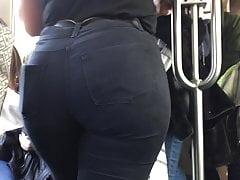 Duży tyłek w tramwaju