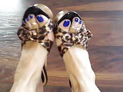 La diosa perfecta nos muestra sus hermosos pies.