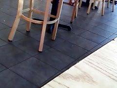 Szczera kobieta w sandałach czeka na jej stopy stopy