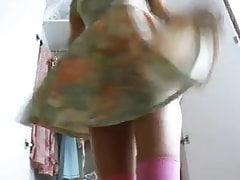 Jovem adolescente encontra-se animado com seus nylons e vibrador