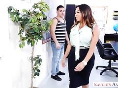 Naughty America - Grassa insegnante di Latina si scopa il suo studente!