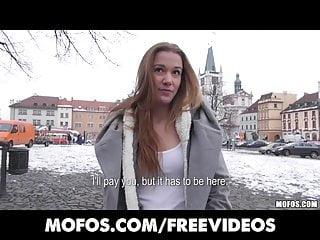 業餘捷克人正在街頭起床付出模特