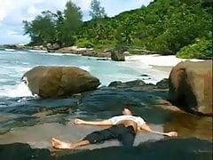 Razz- elle le trouve inconscient sur la plage et le fait revivre