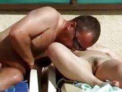 Couple pris sur la plage