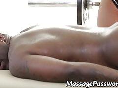 Naoliwiona masażystka Bridgette B obsługuje duży czarny kutas