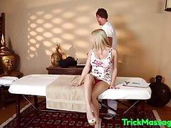 Tettona assaggia i je massaggiatori dopo il pompino
