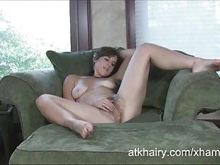 濃密的女孩綠柱石在沙發上自慰