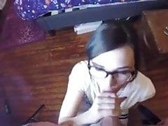 Amateur Mädchen mit Brille saugen und ficken