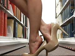 piedi della biblioteca