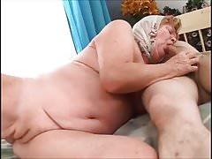 La abuela muestra su almeja.