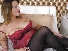 Kurvige britische Hausfrau spielt auf ihre Art Muschi
