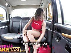 Female Fake Taxi Tätowierte Babes spritzen und masturbieren