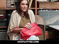 Shoplyfter - Maman et sa fille surprise et baisée pour avoir volé