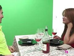 Sasha si zaslouží datum a číšníci na večeři