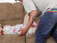 Petite rousse baisée dans la soffa