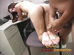 Těhotná bruneta zadku dává perverzovi opravdu těžký čas