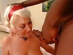 Dana hayes sbattuta pesantemente da un nero