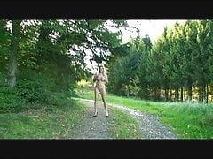 napalony sikanie w lesie