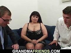 Starsza kobieta z dużymi cyckami połyka dwa duże fiuty
