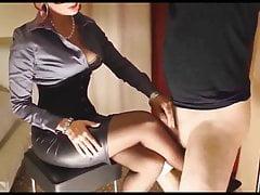 Legato femminuccia sfregando il cazzo sulle calze della signora.