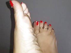 Seksowne czerwone pedi na ładnych stopach