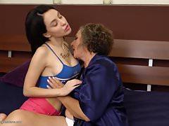 Madre madura peluda rizada folla a hija joven