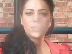 Busty Honey Kouření