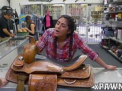 La giovane latina Lexie Banderas sbava grosso cazzo prima dell'ano