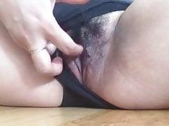 MILF gioca con la sua figa bagnata