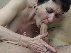 Die alte Oma braucht einen harten Schwanz