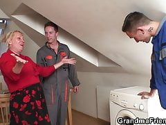Ancianas agrada a dos reparadores