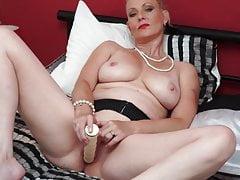 Vollbusige natürliche UK-Mutter mit nasser Muschi