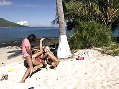 Deux filles baisent à Caribian Beach