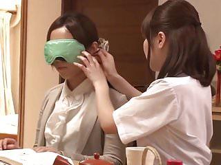 可爱的亚洲女学生诱惑幸运的老师