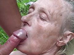Nonnina sedotta dal giovane nudista