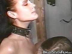 Glamorous dyke leccata in una sessione di frustate BDSM