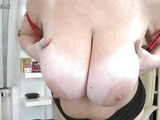 大胸的家庭主婦和她的陰戶一起玩